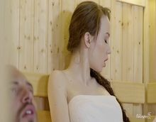 Bombado comendo uma magrinha novinha na sauna