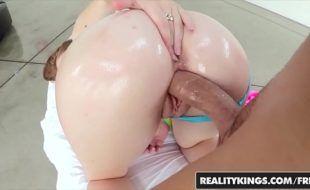 Vídeo de sexo com novinha gostosa rabuda fodendo com dotado