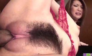 Porno japonês com asiática peluda dando a xoxotona apertadinha